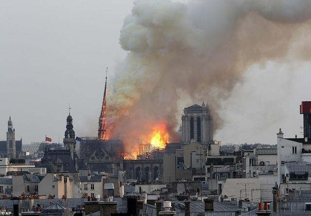 Hiện trường vụ hỏa hoạn kinh hoàng tàn phá nhà thờ Đức Bà Paris - 15