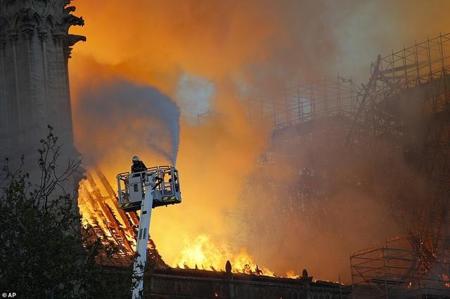 Hiện trường vụ hỏa hoạn kinh hoàng tàn phá nhà thờ Đức Bà Paris - 21