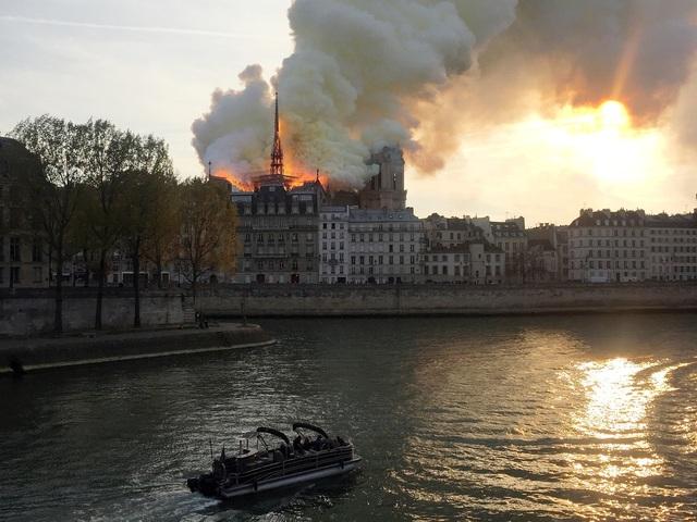 Hiện trường vụ hỏa hoạn kinh hoàng tàn phá nhà thờ Đức Bà Paris - 2