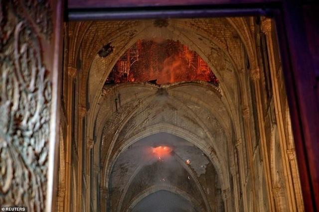 Hiện trường vụ hỏa hoạn kinh hoàng tàn phá nhà thờ Đức Bà Paris - 12