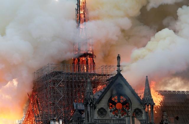 Hiện trường vụ hỏa hoạn kinh hoàng tàn phá nhà thờ Đức Bà Paris - 4