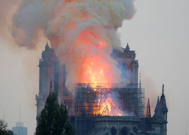 Hiện trường vụ hỏa hoạn kinh hoàng tàn phá nhà thờ Đức Bà Paris - 5