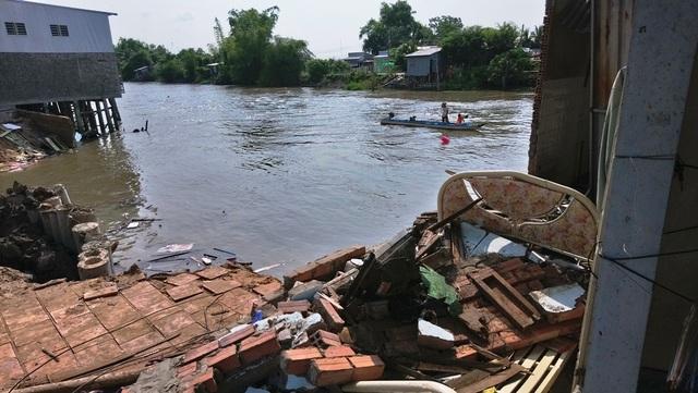 Sạt lở, 4 căn nhà bị trôi sông, thiệt hại tiền tỷ - 2
