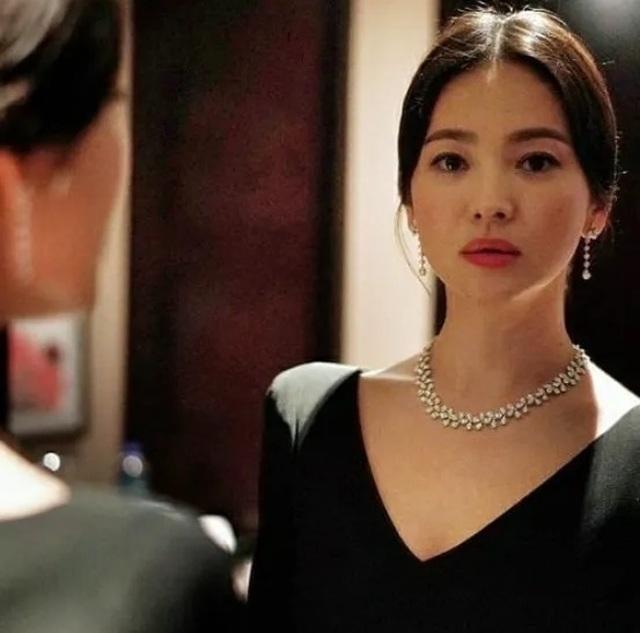 Song Hye Kyo lại khiến fan đồn đoán vì không đeo nhẫn cưới - 8