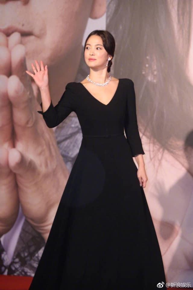 Song Hye Kyo lại khiến fan đồn đoán vì không đeo nhẫn cưới - 7