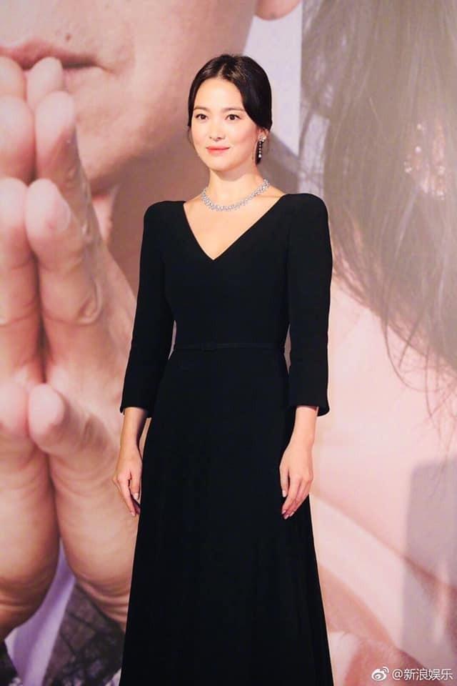 Song Hye Kyo lại khiến fan đồn đoán vì không đeo nhẫn cưới - 3
