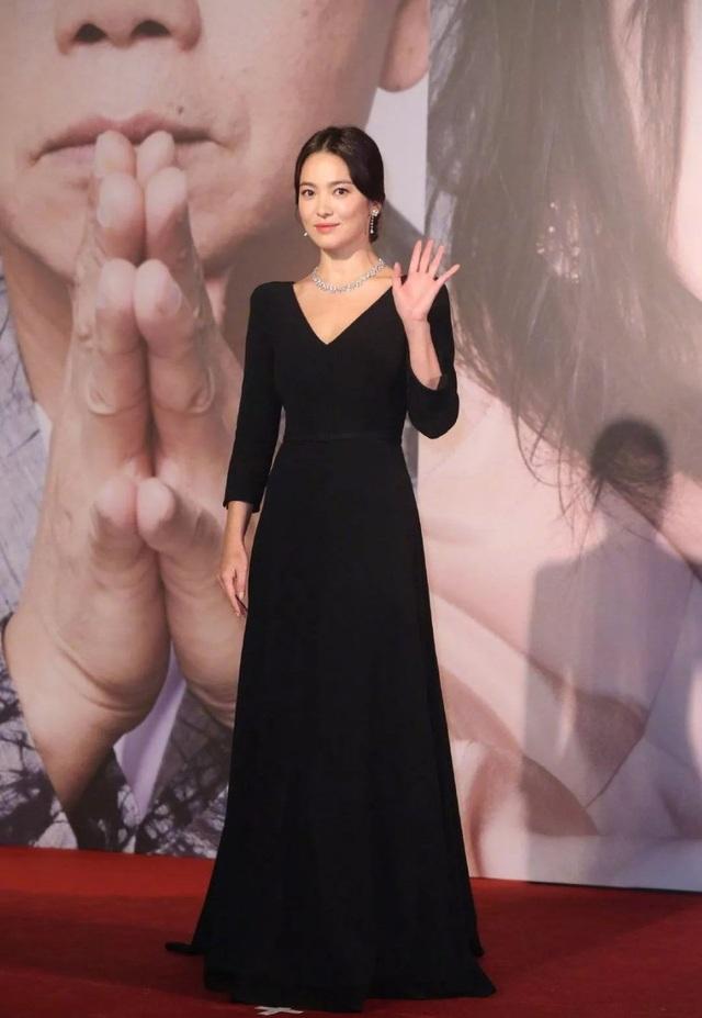 Song Hye Kyo lại khiến fan đồn đoán vì không đeo nhẫn cưới - 1