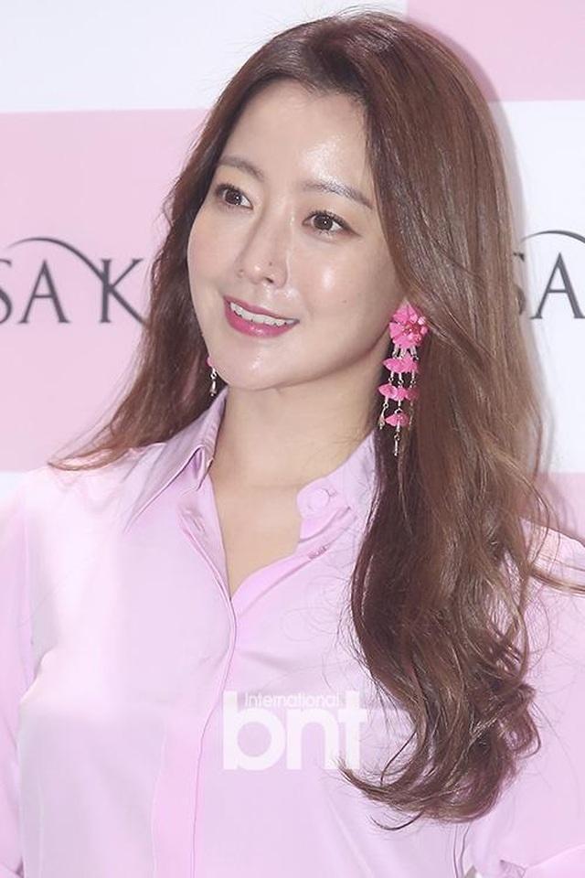 Gương mặt sưng phù của biểu tượng nhan sắc xứ Hàn Kim Hee Sun khiến fan hoang mang - 11