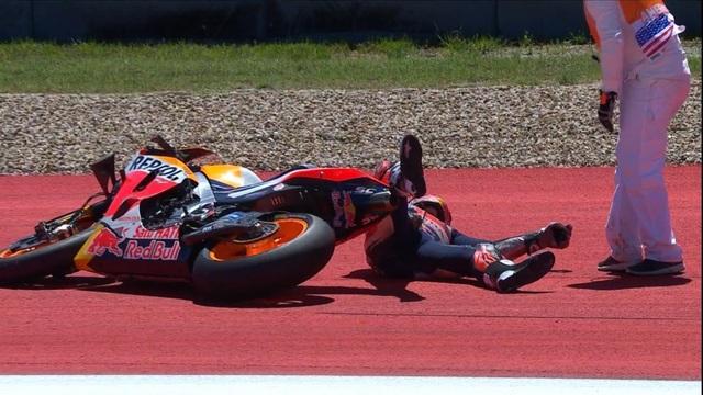 Alex Rins thắng ấn tượng trong ngày Marquez gặp tai nạn - 2