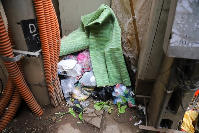 Chuyện lạ: Người đổ rác trộm bị treo ảnh, dán đầy trên cột điện ở Hà Nội - 8