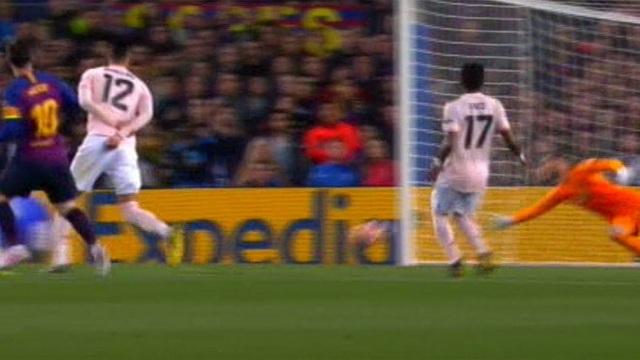 Barcelona 3-0 Man Utd: Lionel Messi chói sáng - 14