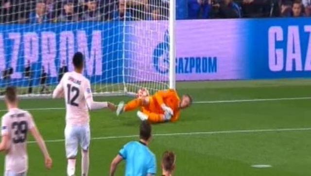 Barcelona 3-0 Man Utd: Lionel Messi chói sáng - 13