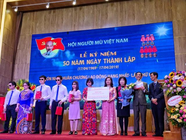 """AIC Group tặng 1.000 điện thoại """"9999 Hy vọng"""" giúp người khiếm thị làm nên điều kỳ diệu - 1"""