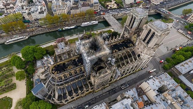 Nhà thờ Đức Bà Paris ngổn ngang, hư hại sau vụ hỏa hoạn kinh hoàng - 15