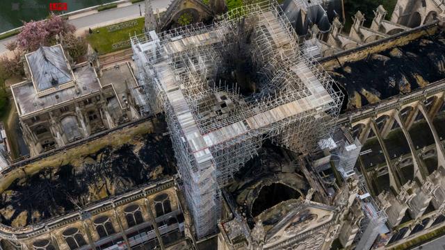 Nhà thờ Đức Bà Paris ngổn ngang, hư hại sau vụ hỏa hoạn kinh hoàng - 13