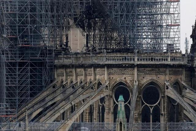 Nhà thờ Đức Bà Paris ngổn ngang, hư hại sau vụ hỏa hoạn kinh hoàng - 12