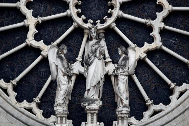 Nhà thờ Đức Bà Paris ngổn ngang, hư hại sau vụ hỏa hoạn kinh hoàng - 8