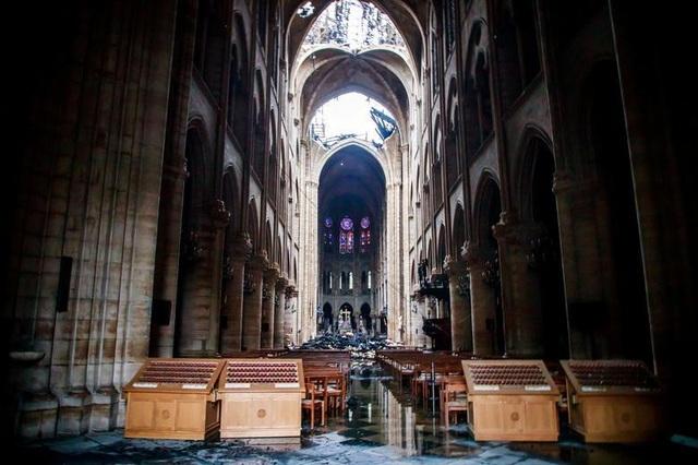 Nhà thờ Đức Bà Paris ngổn ngang, hư hại sau vụ hỏa hoạn kinh hoàng - 5
