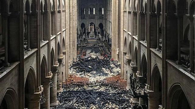 Nhà thờ Đức Bà Paris ngổn ngang, hư hại sau vụ hỏa hoạn kinh hoàng - 2