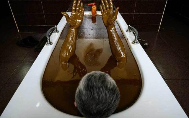 Kỳ lạ: Tắm bằng dầu thô để thư giãn và trị bệnh - 1