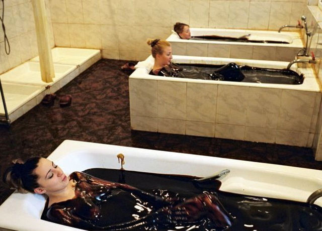 Kỳ lạ: Tắm bằng dầu thô để thư giãn và trị bệnh - 2