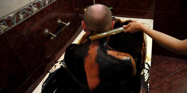 Kỳ lạ: Tắm bằng dầu thô để thư giãn và trị bệnh - 3