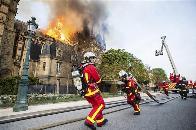 Lính cứu hỏa dựng lá chắn sống bảo vệ cổ vật Nhà thờ Đức Bà Paris - 1
