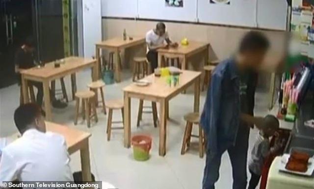 Thiếu nợ tiền mỳ, thực khách để con gái ở lại quán ăn - 1