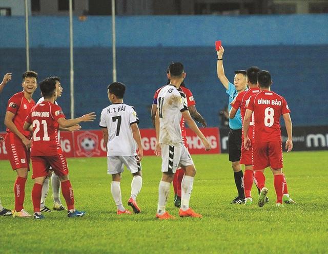 Trọng tài rút nhầm thẻ đỏ ở V-League bị treo còi - 1