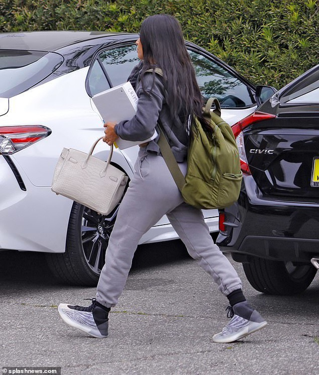 Kim Kardashian đeo ba lô đi học - 2