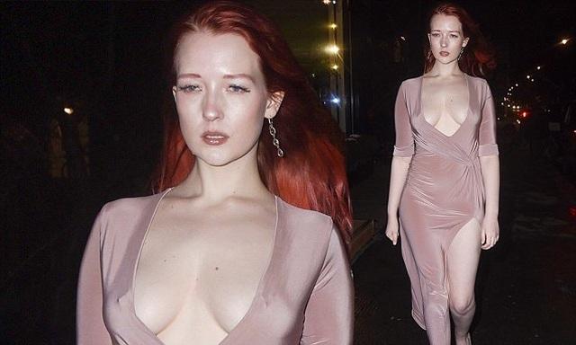 Victoria Clay khoe ngực nảy nở - 8