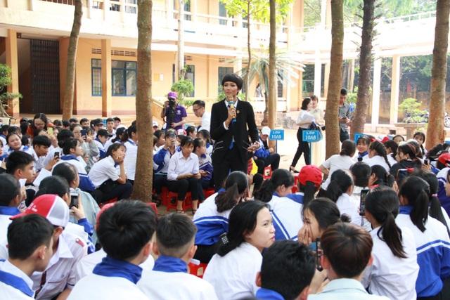 Hoa hậu H'Hen Niê tham gia tư vấn pháp luật về phòng chống bạo lực học đường - 2
