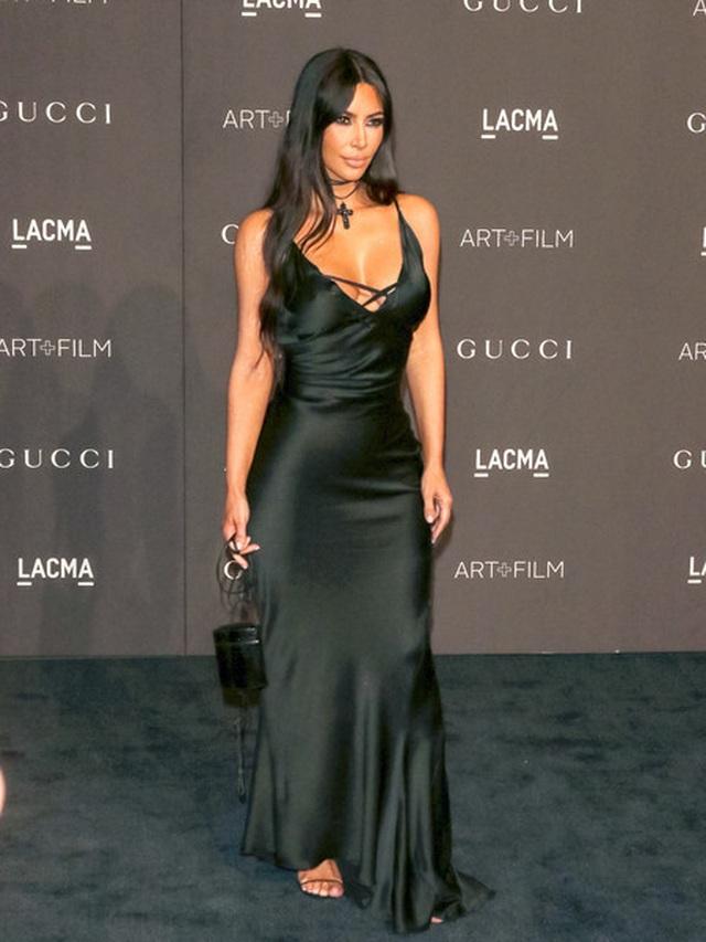 Kim Kardashian đeo ba lô đi học - 8