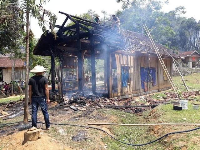 Cụ bà 70 tuổi thoát nạn trong căn nhà gỗ bốc cháy - 1
