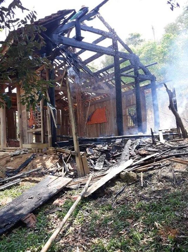 Cụ bà 70 tuổi thoát nạn trong căn nhà gỗ bốc cháy - 2