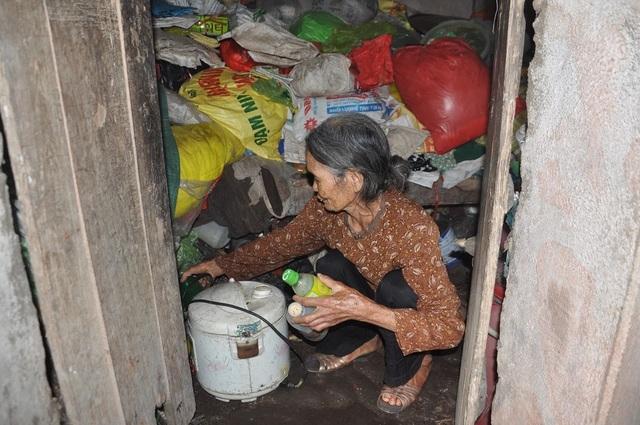 Cám cảnh cụ Rịu ở tuổi 80 vẫn phải đi nhặt rác kiếm tiền nuôi chồng con - 5