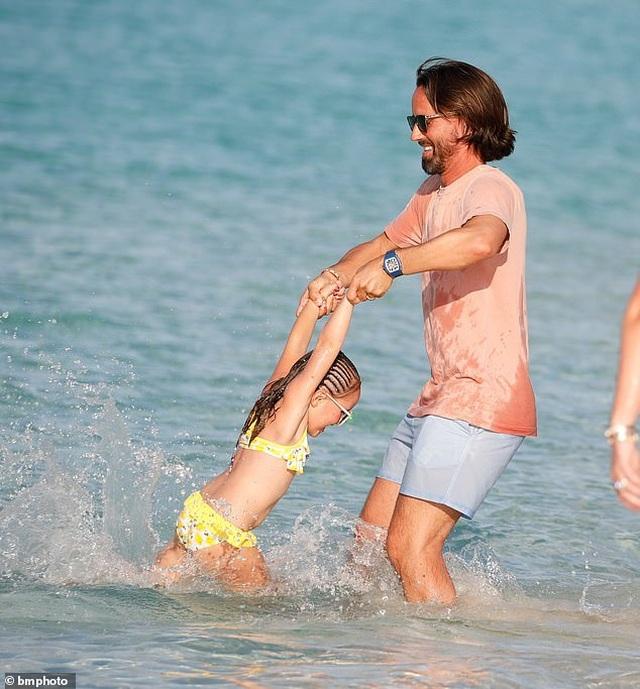 Tamara Ecclestone vui đùa trên biển cùng chồng con - 3