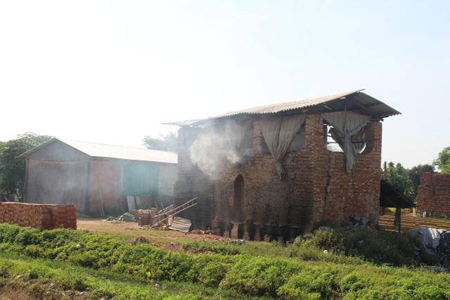Hàng trăm lò gạch thủ công vẫn nhả khói hành dân - 1