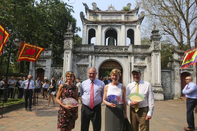 Đoàn nghị sĩ Mỹ thăm Văn Miếu, nhấn mạnh hợp tác song phương với Việt Nam - 16