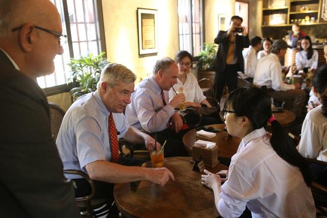 Đoàn nghị sĩ Mỹ thăm Văn Miếu, nhấn mạnh hợp tác song phương với Việt Nam - 11