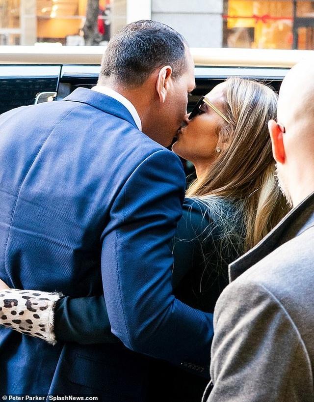 Jennifer Lopez hạnh phúc xuất hiện bên bồ trẻ - 2
