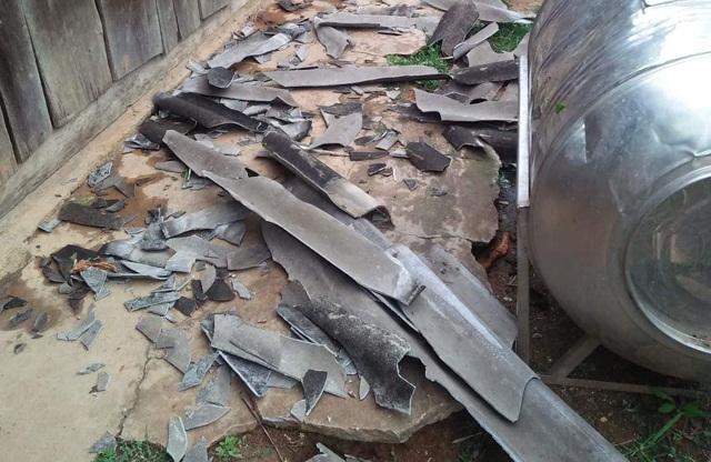 Lốc xoáy kèm mưa lớn làm hư hại hàng chục ngôi nhà - 3