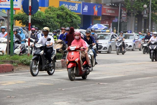 Hà Nội: Xe máy lũ lượt đi ngược chiều trên làn BRT - 14
