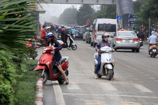 Hà Nội: Xe máy lũ lượt đi ngược chiều trên làn BRT - 6