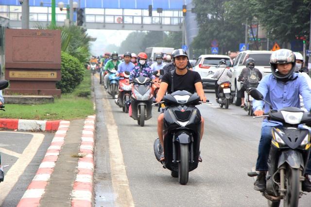 Hà Nội: Xe máy lũ lượt đi ngược chiều trên làn BRT - 8