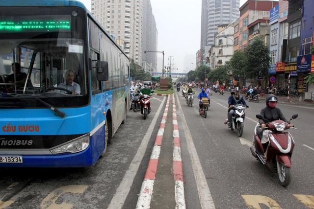 Hà Nội: Xe máy lũ lượt đi ngược chiều trên làn BRT - 13