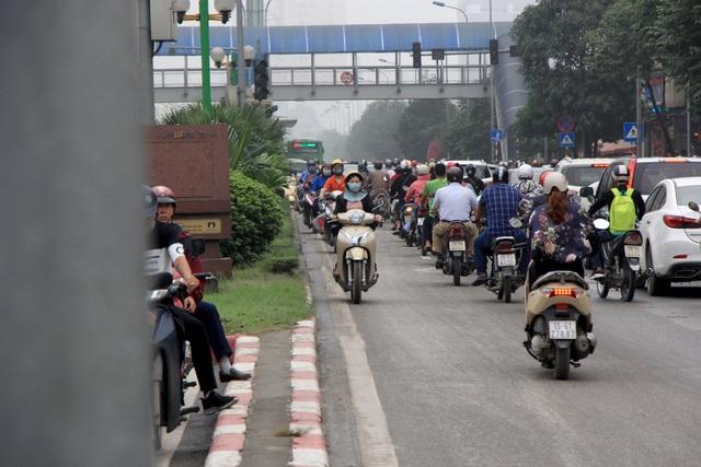 Hà Nội: Xe máy lũ lượt đi ngược chiều trên làn BRT - 10