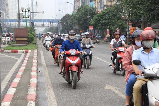 Hà Nội: Xe máy lũ lượt đi ngược chiều trên làn BRT - 9