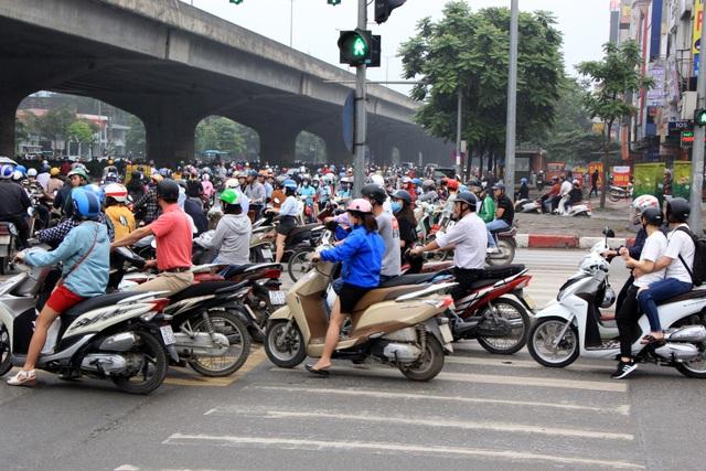 Hà Nội: Xe máy lũ lượt đi ngược chiều trên làn BRT - 1