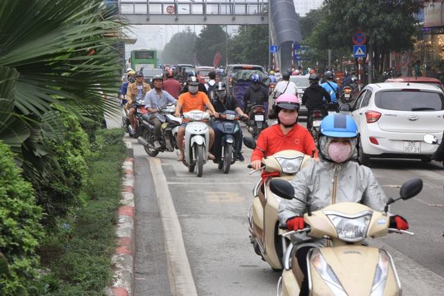 Hà Nội: Xe máy lũ lượt đi ngược chiều trên làn BRT - 7